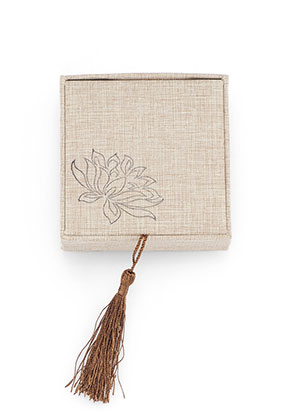 www.snowfall-beads.com - Synthetic/textile gift box with tassel 6x6x3,7cm