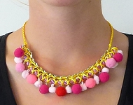 www.snowfall-beads.de - Schmuckprojekt: Necklace Pompoms